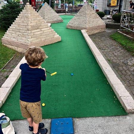 Around the World Miniature Golf张图片