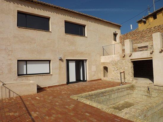 Agost, Spain: Terraza. Balsas de decantación y la entrada a la Sala de Geología y Paleontología.