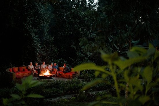 Kibale National Park, Uganda: Fireplace with guests