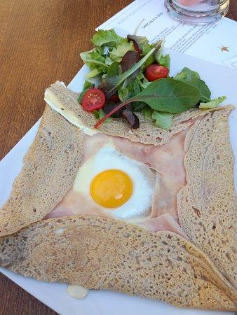 Veselá Kozička: Francouzská Galette s domácím vejcem, 48% sýrem Gouda a belgická šunka