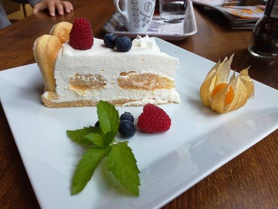 Veselá Kozička: Klářin dortík ze zakysané smetany, šlehačky dochucený cukrem s pravou vanilkou, cukrářské piškot