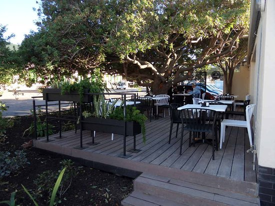 Mugg & Bean: Outside seating and smoking area