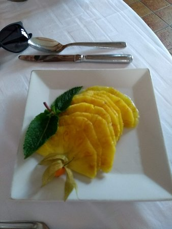 Orry-la-Ville, France: Ananas frais à la liqueur de noix de coco.