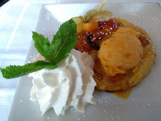 Orry-la-Ville, France: Tarte fine aux abricots frais et sorbet abricot.