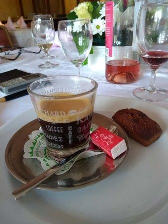 Orry-la-Ville, France : Café.