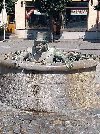Fontaine d'Or: Socha vodník a v centru Trenčína,ktorú pri návšteve nemôžete obísť.