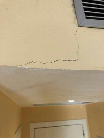 SBH Costa Calma Beach Resort: Wall crack in the room.