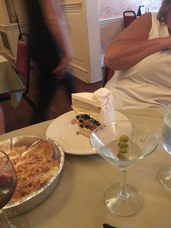 The Gardenville Hotel Bar, Restaurant, & Banquet Facility: Delicious ice cream cake