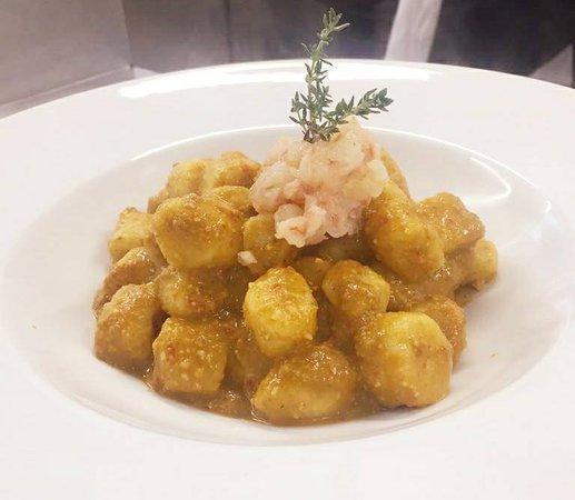 Gnocchi di patate di patate IGP dell'Alto Viterbese al pesto delle Eolie e crudo di gamberi al l