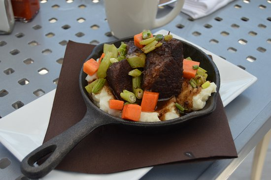 Windrift Resort Hotel: Sunday Brunch: Short Rib over garlic mashed potatoes (a must try)