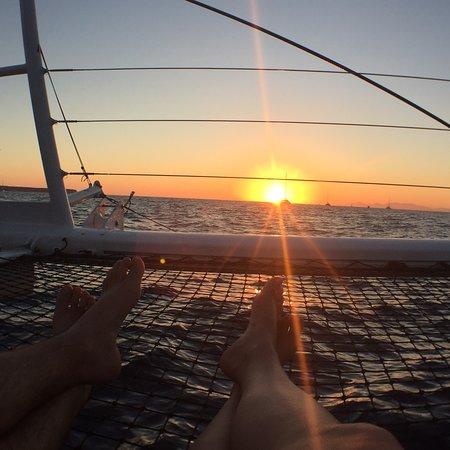 圣托里尼双体船日落巡游,含烧烤和饮品照片