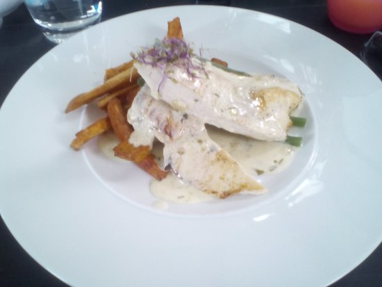 Ernee, Frankreich: Chicken with sweet potato fries.