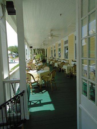 Lakeside Inn: Patio dining