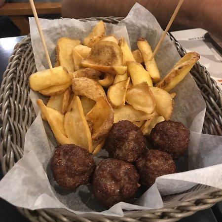 Mezza Libbra Burger and Bakery: Polpette e patatine
