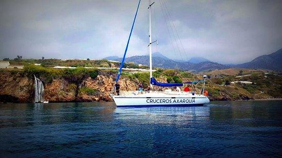 Velez-Malaga, Spain: Navegando  por los acantilados de Maro