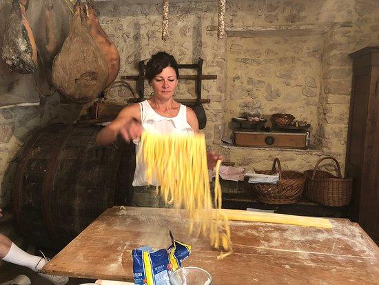 Piccione, Italy: Pettino- making pasta