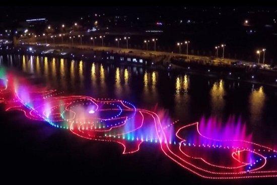 """Grozny, Russland: Цветомузыкальный фонтан в """"Грозненском море"""""""