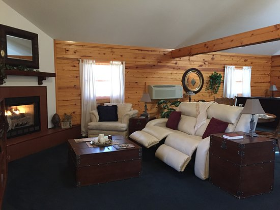 Wisteria Lane Lodging: Duel power reclining couch & gas log fireplace in Midnight Forrest