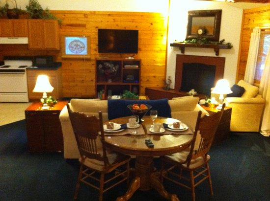 Wisteria Lane Lodging: Living area in Midnight Forrest