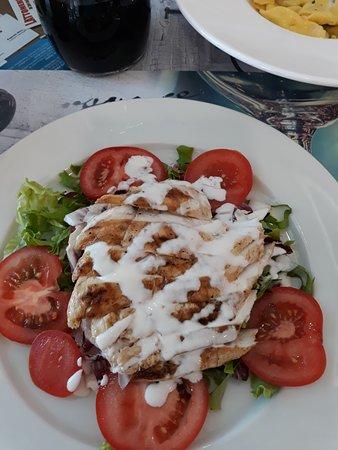 Fiorenzuola d'Arda, Ιταλία: tagliata di pollo allo yocurt con misticanza di verdure