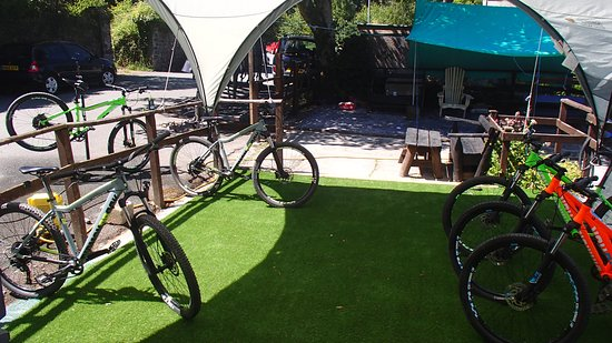 Betws-y-Coed, UK: Bikes waiting for happy customers