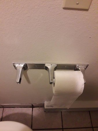Barratt Inn Anchorage Airport: No second toilet roll and no holder part