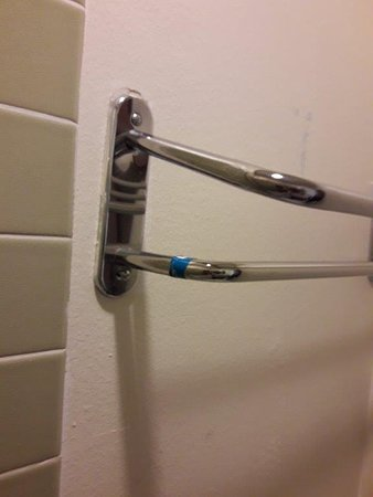 Barratt Inn Anchorage Airport: Towel rack is wonky and towels slip out.
