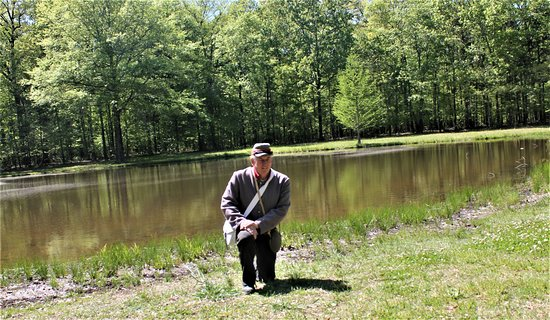 Shiloh Museum and Gift Shop: Professional Tour Guide Larry Deberry at The Bloody Pond at Shiloh National Military Park.