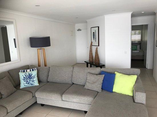 Noosa Harbour Resort : Spacious lounge overlooking river