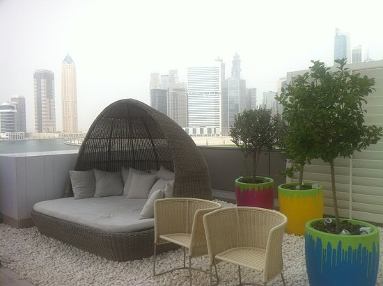 Renaissance Downtown Hotel, Dubai: sun chair beside swimming pool