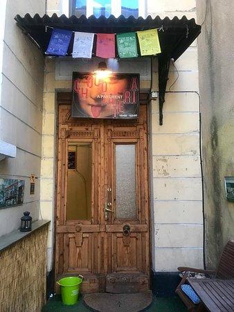 The Apartment: portone