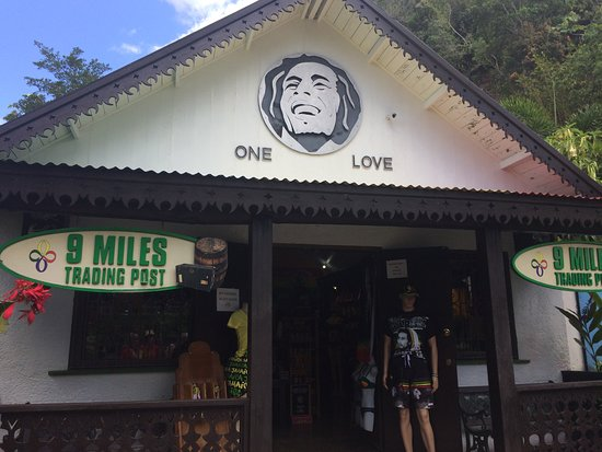 Bob Marley Experience: shop and entrance to the tour