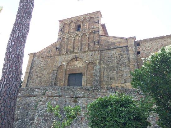 Pieve di Santa Maria a Chianni: la facciata della pieve
