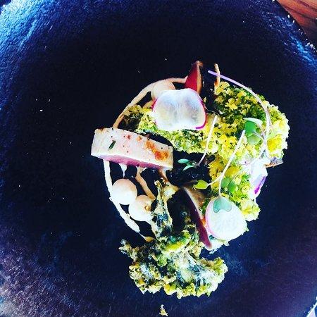 Constantia, Sudáfrica: Coal Seared Tuna with fermented black bean salsa, miso crème fraîche and crispy kale.
