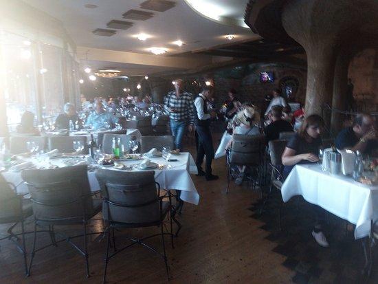 In The Shadow Of Metekhi: Зал ресторана