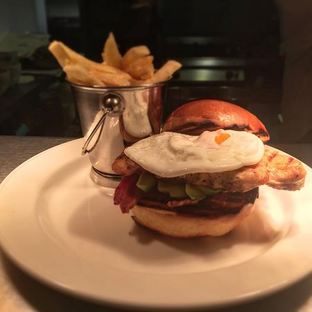 Drogheda, Irlanda: Our Homemade Chicken Burger, Complete with a Fried Egg