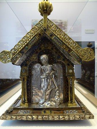 Collegiale Sainte Ode: Châsse de sainte Ode, coté st Georges.