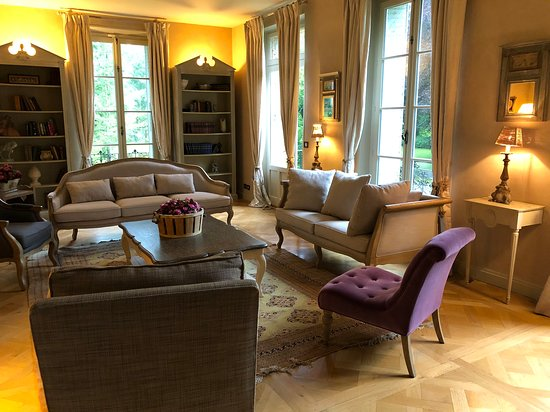 Poigny la Foret, France: Living room & TV