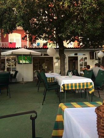 Barbat na Rabu, Kroatien: Árnyékos, ősfák alatt