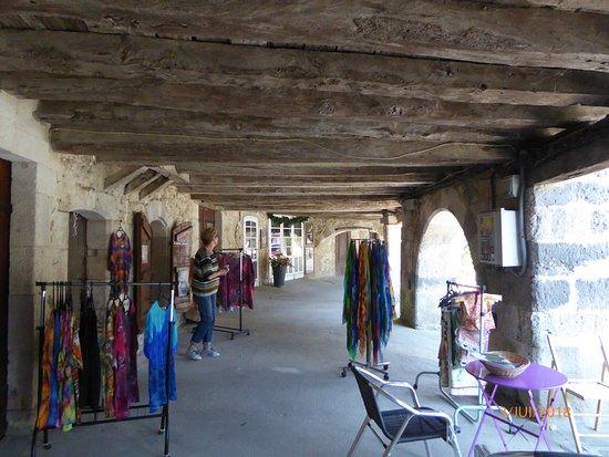 Fources, France: Boutique sous les arcades (poteries bijoux vêments....)