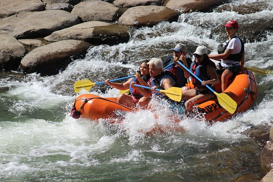 4 horas de viaje en balsa por el río Animas: Rafting the rapids at the end of the trip.