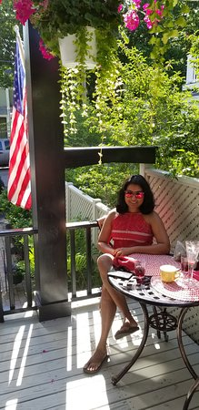 Hearthside B&B: Breakfast out on the Porch on July 4th