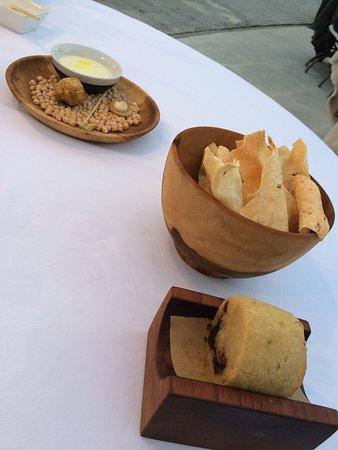 Restaurant Gastronomique Auberge la Fenière: Pains,crackers crème au poids chiche :Diaboliquement addictif !