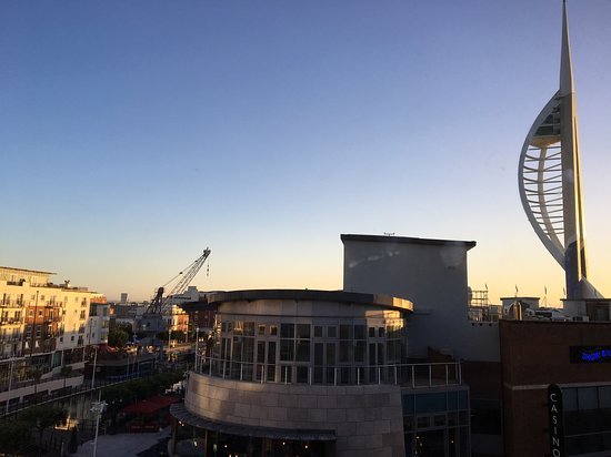 Holiday Inn Express Portsmouth - Gunwharf Quays : Portsmouth's Spinnaker Tower and residences nearby on canal