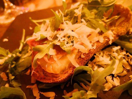 Rosso DiVino enoteca - wine bar: Bruschetta con prosciutto crudo, provola, rucola e scaglie di parmigiano