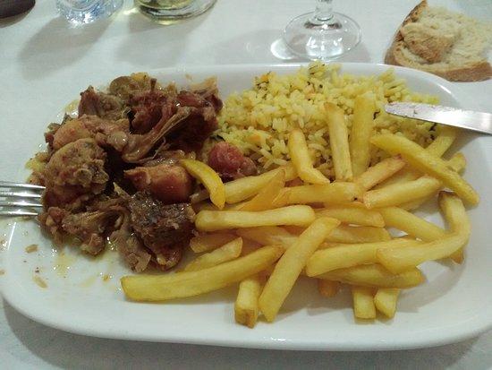 os arcos: 1 demi portion de lapin servi avec frites et riz (4 euros)