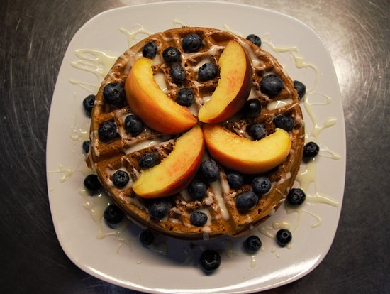 Makanda Inn & Cottages: Cinnamon Roll Waffles - June - With Local Peaches & Blueberries