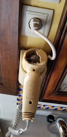 Cigarral de Caravantes: Hairdryer was a hazard and it was falling of the wall.
