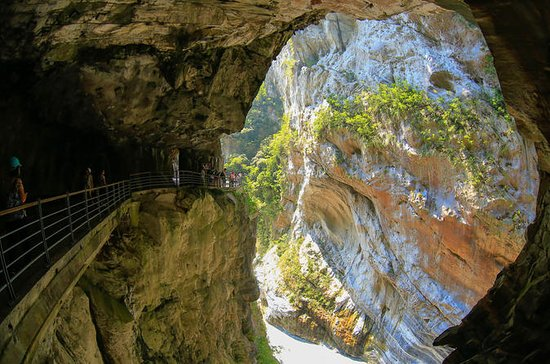 Taroko Gorge Day Tour from Taipei by...