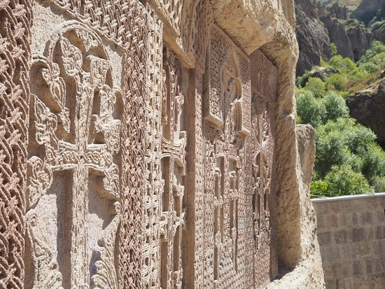 Geghard, Armenien: Armenian cross-stones named khachkar protecting the monastery complex from natural disasters.